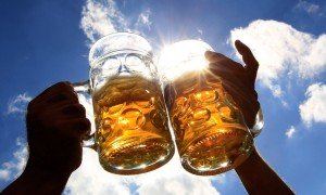 toasting-with-beer-mugs-with-sky-in-background_133632
